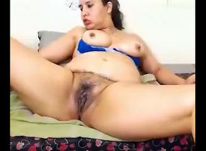 Plump woman showcase her vag on web cam