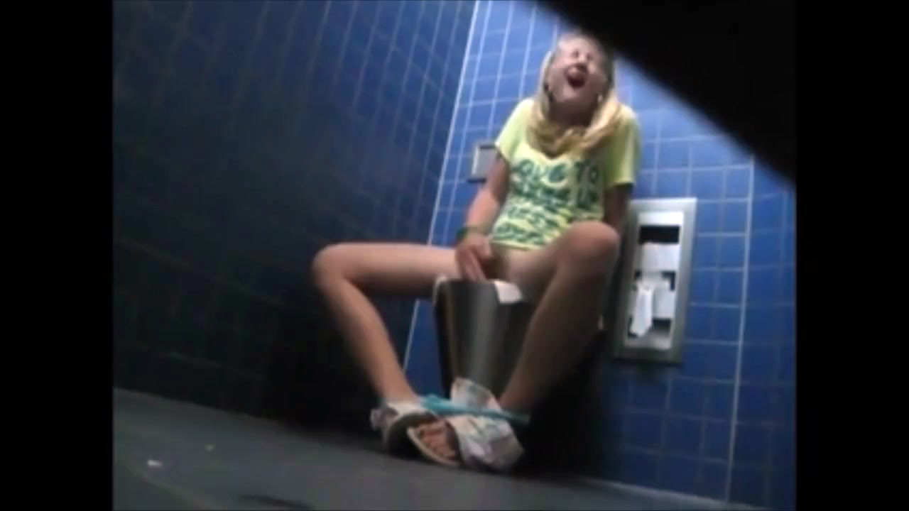 Inexperienced school girl  in the wc..